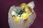 Addobbi in tela juta e fiori secchi