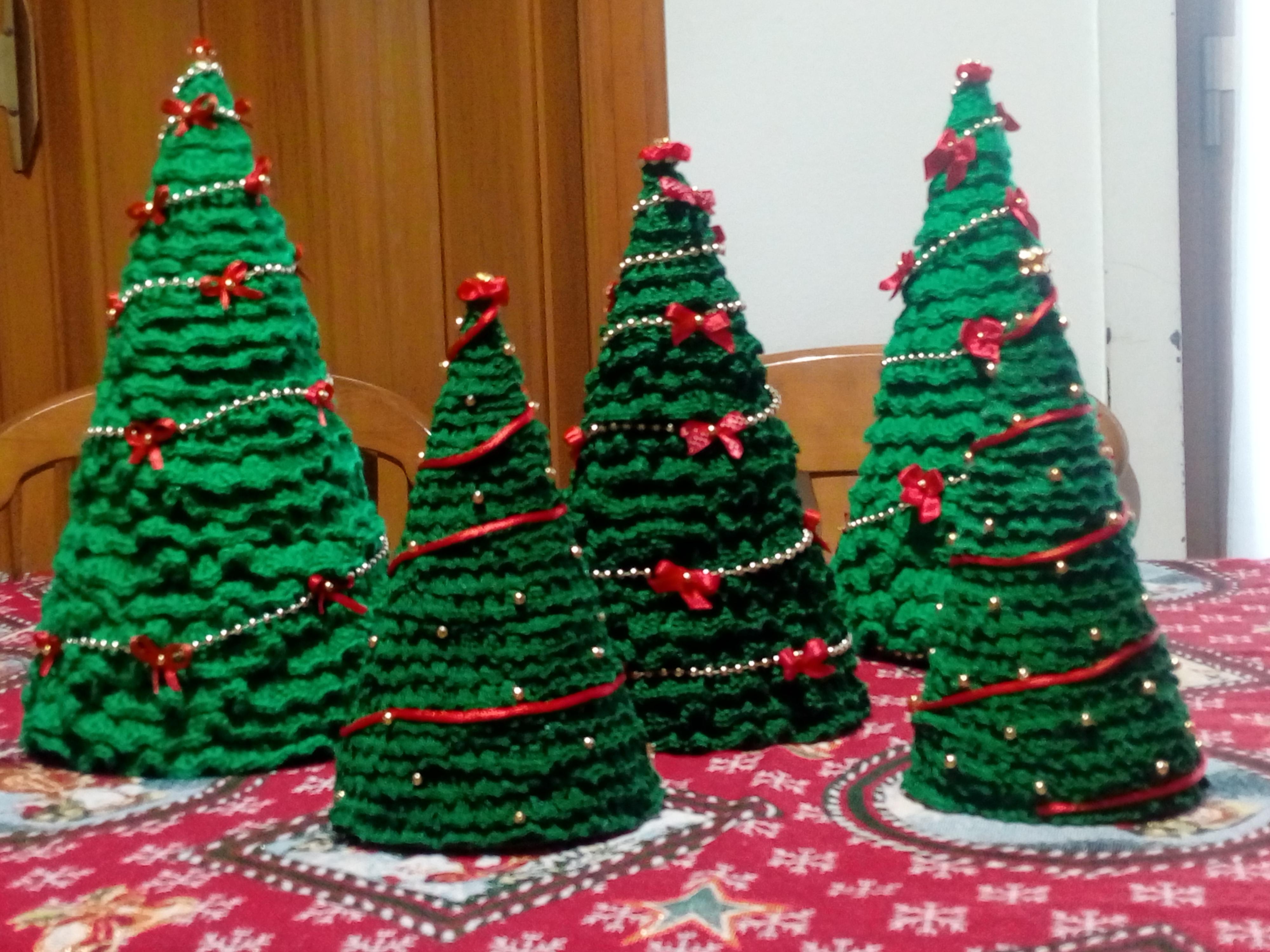 Alberelli Di Natale.Creazioni Addobbi Alberelli Di Natale All Uncinettocon Fiocchi Raso E Perline