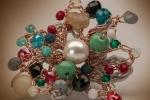 Anello dalle generose dimensioni realizzato con gemme di vetro