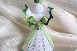 Angelo all'uncinetto, nastrino in raso verde, perline rosa