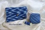 Astuccio blu all'uncinetto con fiore di perline