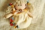 Bambola fuoriporta primavera con fiori in maglia