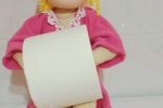 Bambola portarotolo cucita a mano