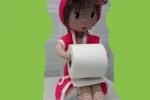 Bambola amigurumi portarotolo
