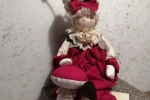 Bambola realizzata a mano con vestito rosso