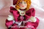 Bambolina in pasta di mais, vestitino e cappellino in raso