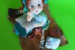 Bambolina seduta realizzata interamente a mano