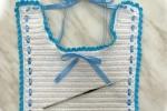 Bavaglino bimbo realizzato con cotone bianco e celeste