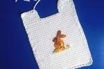 Bavaglino con coniglietto fatto a crochet