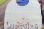 Bavaglino per una bimba con il nome scritto a punto croce