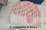 Berretto neonata in morbida lana con tocchi di rosa