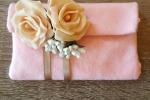 Bustina realizzata in pannolenci con rose in porcellana