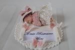 Bomboniere bebè fimo bimba su base con vestitino pizzo