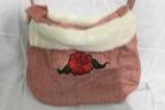 Borsa di tessuto con rosa applicata e bordo di pelliccia