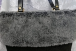 Borsa nera con eco pelliccia grigia   foderata