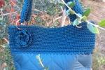 Borsa con fondo in stoffa e lavorata all'uncinetto blu