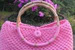 Borsa rosa grande in fettuccia con manici in bambù.