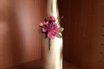 Bottiglia decorata con decorazione di fiori