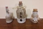 Bottiglie decorate con spago e bottoni