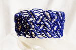 Bracciale blu elegante con perline realizzato a macramè