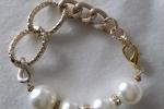 Bracciale dorato con perle bianche