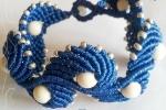 Bracciale macramè di colore blu con perline color crema
