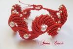 Bracciale macramè di colore rosso con perline color crema