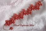 Bracciale rosa corallo al chiacchierino, perline bianche