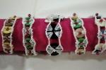 Braccialetti all'uncinetto con bottoni di vari colori
