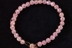 Braccialetti con perline uno in rosa e l'altro in bianco e dorato