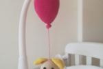 Cagnolino con palloncino fucsia per culla