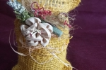 Candele di cera in tela di juta e fiori