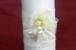 Candele con passamanerie, merletti e fiori