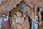 Capanna natività con statuine e Gesù Bambino