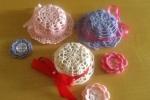 Cappellini lavorati a uncinetto