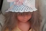 Cappellino bimba all'uncinetto con fiore