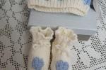 Cappellino neonata con scarpine, interamente lavorato a mano con lana baby
