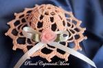 Cappellino rosa pesca all'uncinetto con rosa in organza