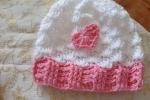 Cappellino neonata, bianco con cuore rosa