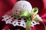 Cappello all'uncinetto con nastro verde e rosa color pesca