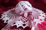 Cappello all'uncinetto con rosa e nastro lilla