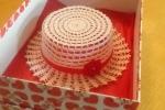 Cappello realizzato in cotone bianco e rosso