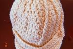 Cappello lavorato all'uncinetto, colore beige
