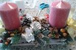 Centro tavola natalizio con due candele rosse ai lati