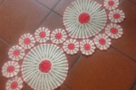 Centrotavola realizzato a uncinetto colore écru e rosso