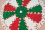Centrotavola natalizio ad uncinetto con alberi bianchi, verdi e rossi