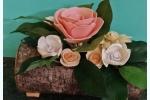 Centrotavola in tronco di legno con fiori in fommy