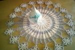 Centrotavola realizzarlo a uncinetto con rifiniture in cotone argento