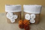 Cestini in tela juta intrecciata e lino bianco con rose