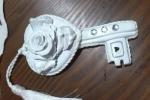 Chiave portafortuna in argilla con rosa centrale